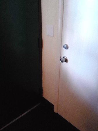 Quality Inn: Rusted room entrance door
