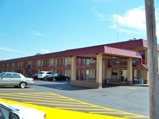 Americas Best Value Inn- Indianola: Front Exterior
