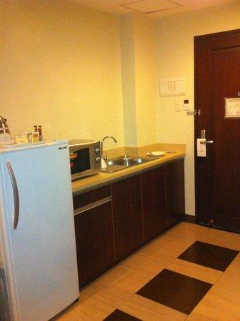 Alpa City Suites: Kitchenette in room