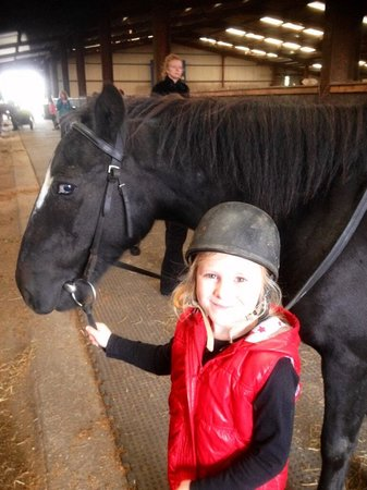 Doora, Ierland: Katie (6yrs) with 'sailor '