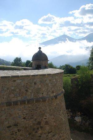 Explore Catalunya : Walking the wall at Mont-Louis