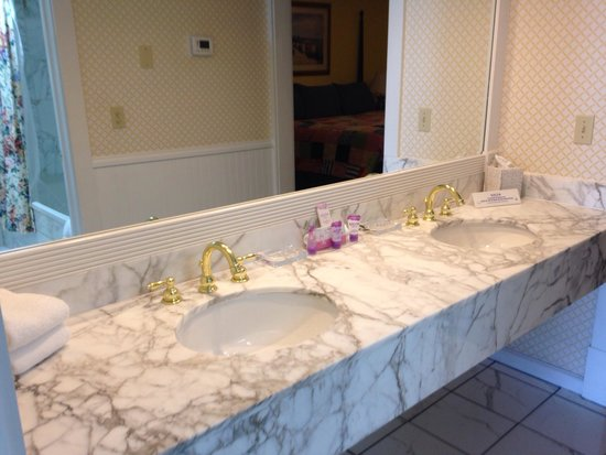 Lilac Tree Suites  amp  Spa  Vanity outside bathroom. Vanity outside bathroom   Picture of Lilac Tree Suites  amp  Spa