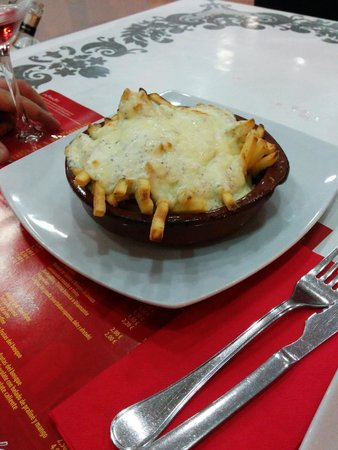 Pizzeria La Roma: Patatas gratinadas con salsa yogurt