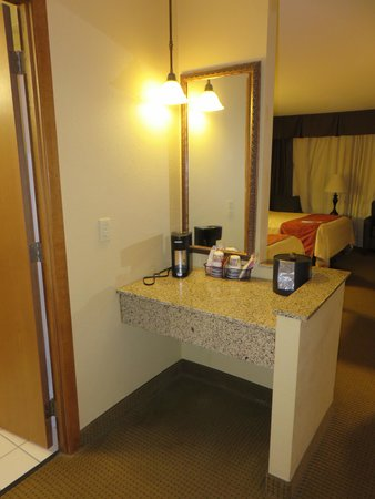 Best Western Plus Dubuque Hotel & Conference Center: extra counter space