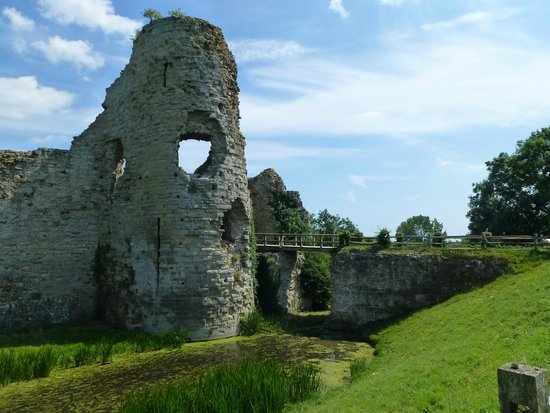 Pevensey Castle: View before entering the castle