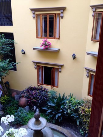 Antigua Miraflores Hotel: The central courtyard