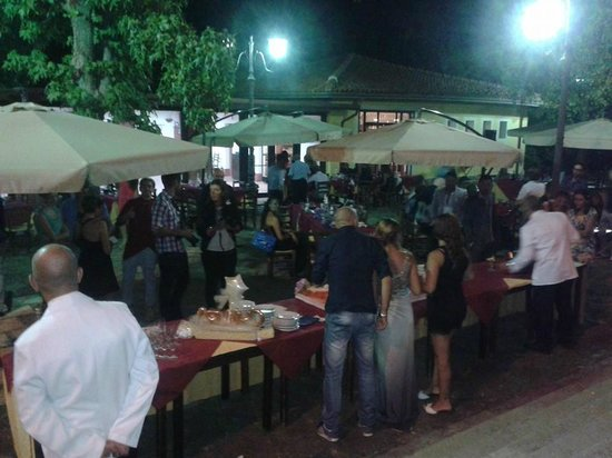Ristorante - pizzeria, all'interno del parco comunale di Pedara.