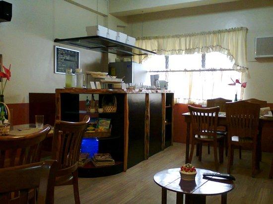 Bahay Ni Tuding Inn : dining area & mini bar