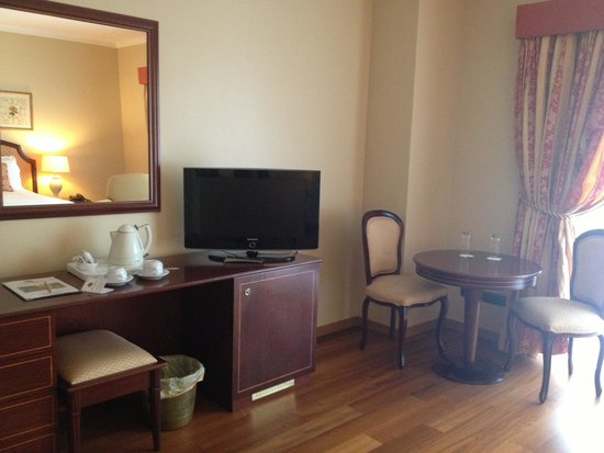 Hotel Talisman: I love the hardwood floors. Carpets get damp and smelly seeing this is an island. Great choice o