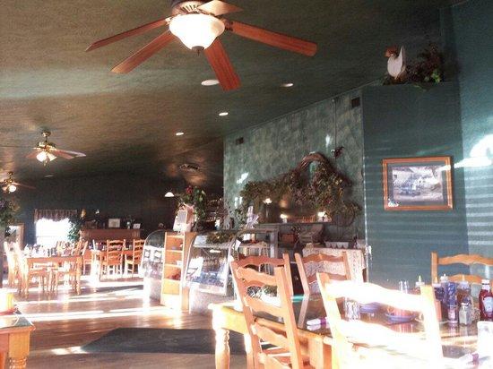 Me-N-Lou's Restaurant: Interior