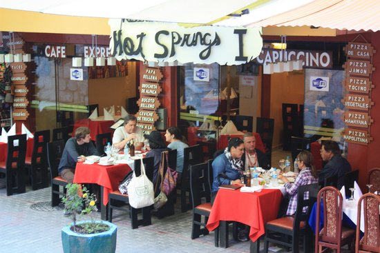 Hot Springs Restaurant and Pizzeria: sidewalk dining