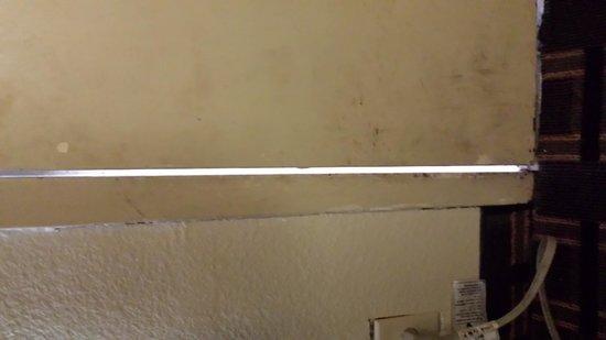 Days Inn Chattanooga Lookout Mountain West: Light shining through gap between door and frame