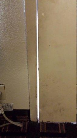 Days Inn Chattanooga Lookout Mountain West : Light shining through gap between door and frame