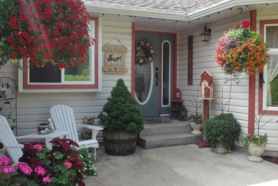Wyndhaven Cottage Bed and Breakfast.: On route to Wells Gray Park