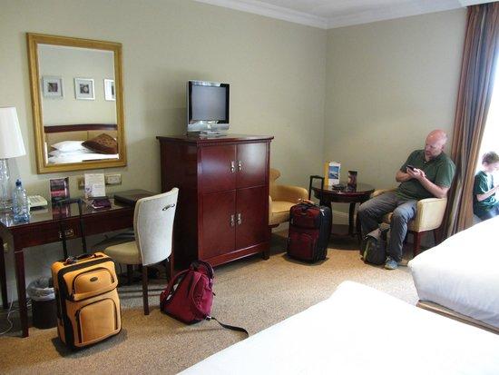 Bunratty Castle Hotel: desk, cabinte and sitting area