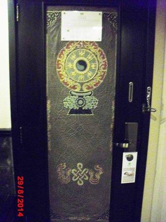 Holiday Inn Jiuzhai Jarpo: Intricate Door Design