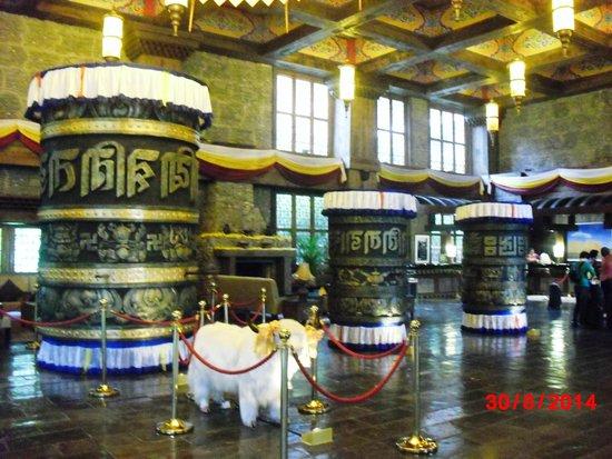 Holiday Inn Jiuzhai Jarpo : Lobby with Tibetan Touches