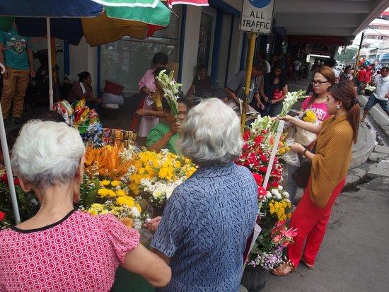 Basilica del Santo Nino: many people bought flowers