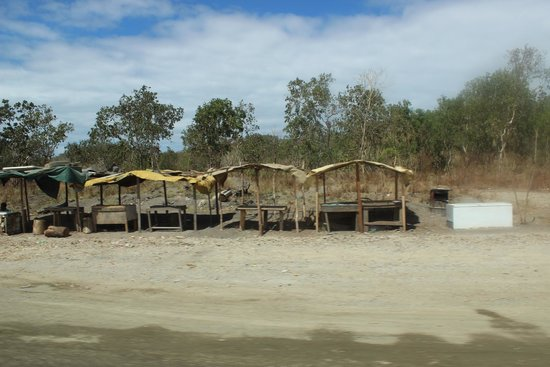 Loloata Island Resort: Stalls by the road