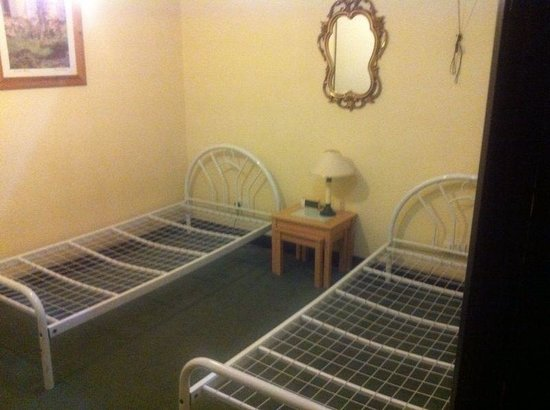Rosehill House Hotel: The second bedroom-only a small window in ceiling. Creepy