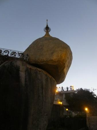 Kyaik Hto Hotel: The Golden Rock Pagoda in the early hours of the morning