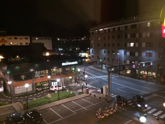 Zenit Diplomatic Hotel: Vista habitacion, al lado hay Mc Donalds