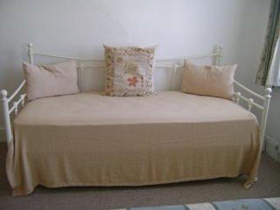 Carrington Guest House: Sofa Bed Room 6