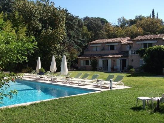 Le Verger Maelvi: pool and room