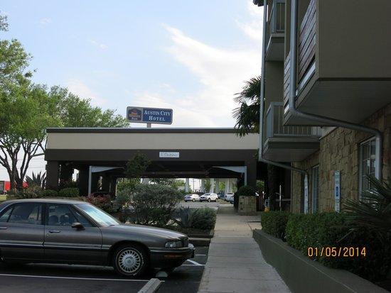 Best Western Plus Austin City Hotel: The hotel entrance - view from parking area