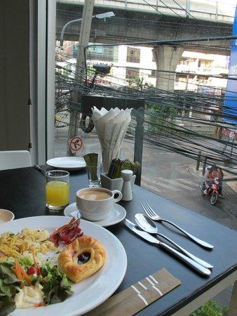 S15 Sukhumvit Hotel: スクンビット通りを見下ろしながらの朝食