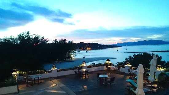 Q Signature Samui Beach Resort : Sunset view from the balcony restaurant area. Great spot to chill at the end of the day.