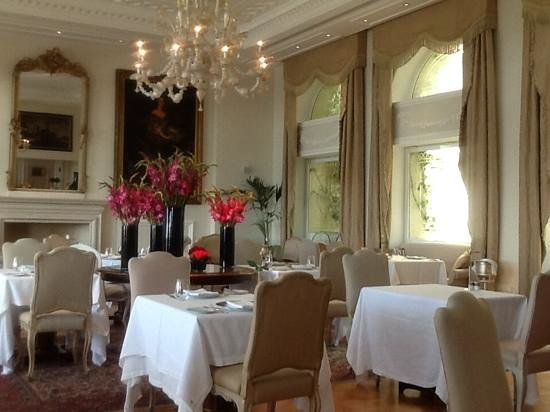 King George, A Luxury Collection Hotel : Grand dining room with outside deck and view of Parthenon