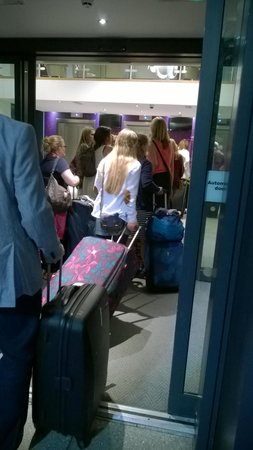 Кроули, UK: 10 min Queu for lifts to reception, even longer queues from there to room.