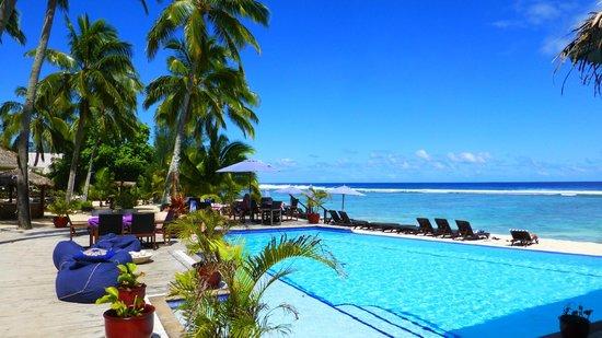 Manuia Beach Resort: Pool mit Blick auf die Lagune