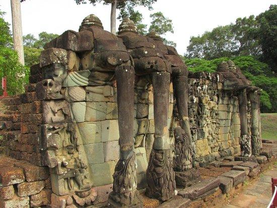 Angkor thom terrasse des el phants el phants et leurs for Terrace of the elephants
