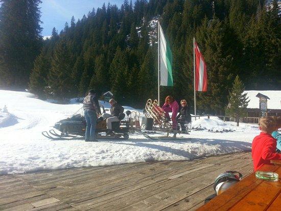 Met de sneeuwscooter naar Theo, dit kan natuurlijk ook wandelend vanuit Donnersbachwald of met s