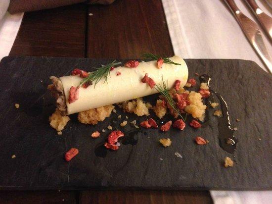 La Laia: Canelón de chocolate blanco con butifarra