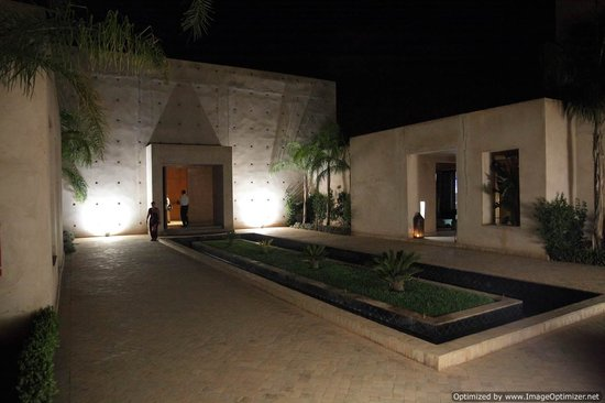 Sirayane Boutique Hotel & Spa: Inner courtyard to reception and sports bar
