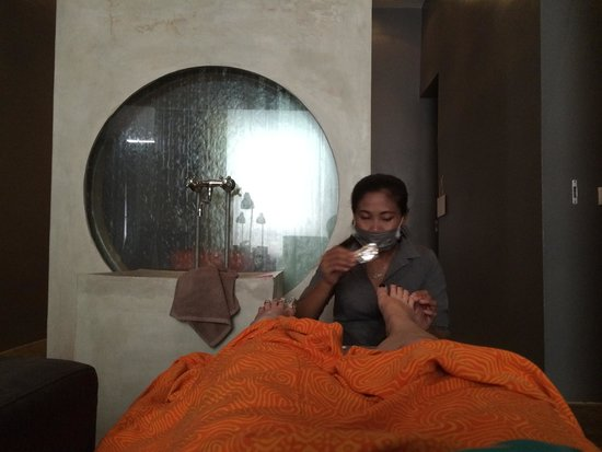 Therapy Canggu: Post massage - having old polish removed.