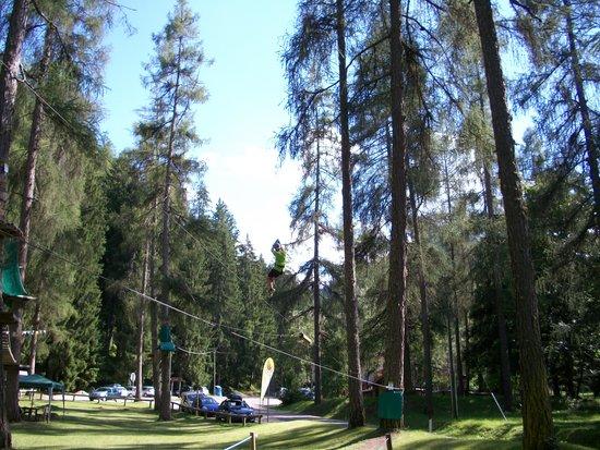 Adventure Dolomiti - Acropark Castello Molina: ...e mentre si lancia giù