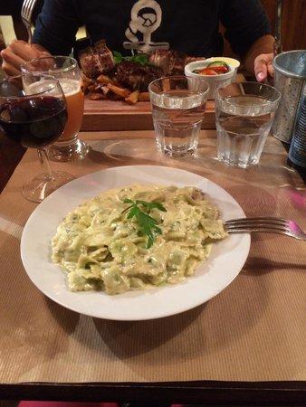 La cotelette: Les ravioles sauce Saint Marcelin, délicieux et très copieux ! (Au second plan c'est les côtes