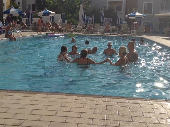 Damon Hotel Apartments: Water aerobics in the Damon pool