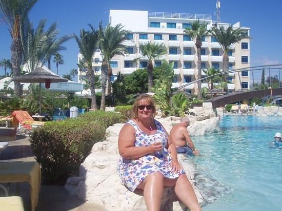 Tasia Maris Beach Hotel: enjoying a drink on the rocks by the pool