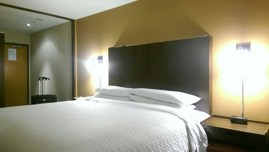 Four Points by Sheraton Vancouver Airport: King size bed.