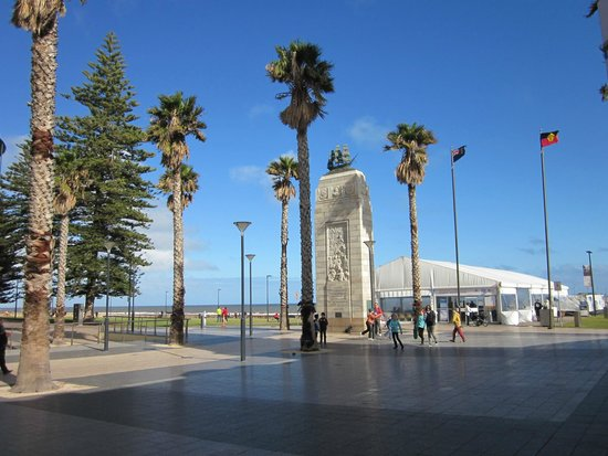 Glenelg Pier: Nice place to have a walk (Moseley Square)
