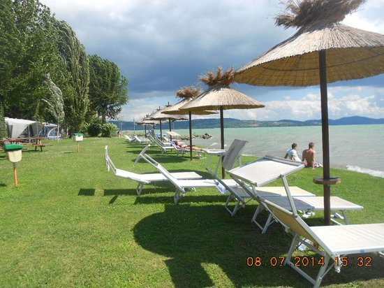 Camping La Spiaggia: The free loungers by the lake.