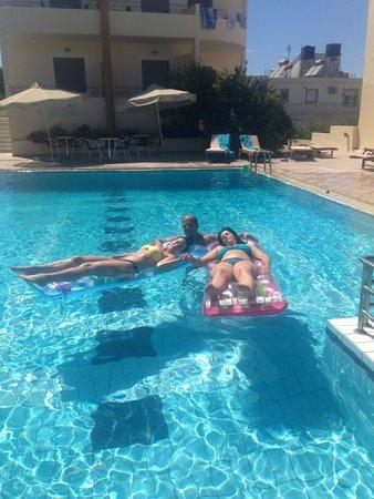 Yakinthos Hotel: Clean sparkling pool, plenty of deckchairs
