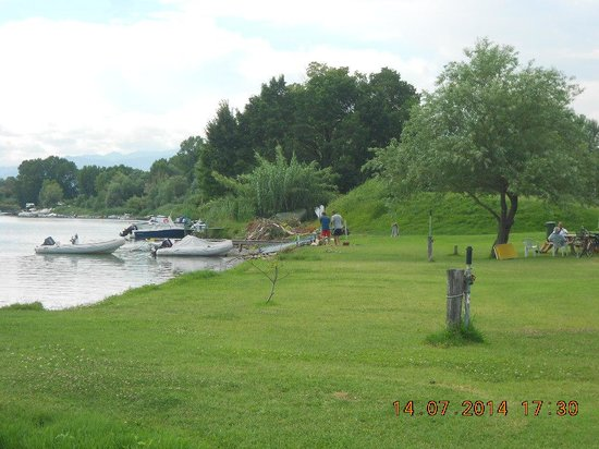 Iron Gate Camping Marina: Lots of grassy areas for rest andplay by the river.