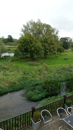Bridge House Hotel: Watching the locals fish in the river