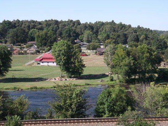 Riverview Motel: View ferom rear balcony